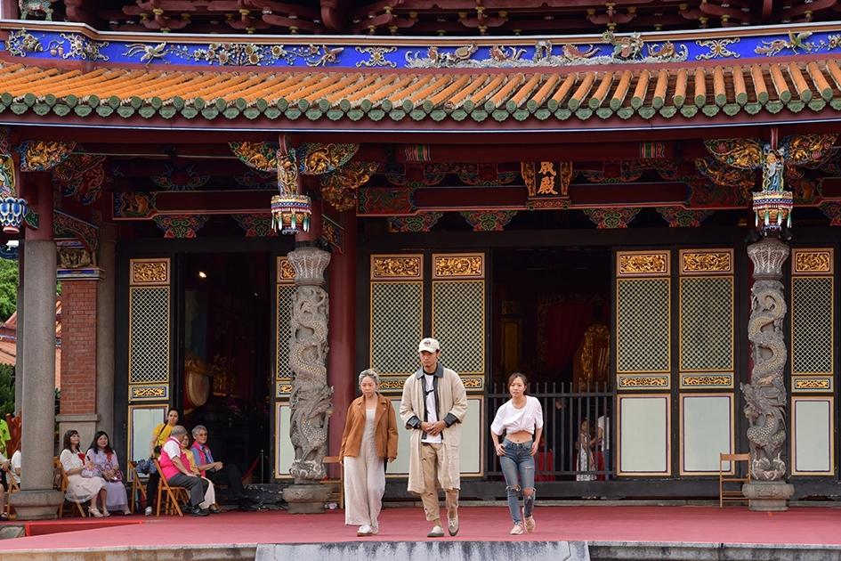 畢業生代表洪侲均(中)自編一曲木蘭辭舞蹈。期許中華傳統文化經典融入創新思維,吸引更多年輕伙伴的參與。