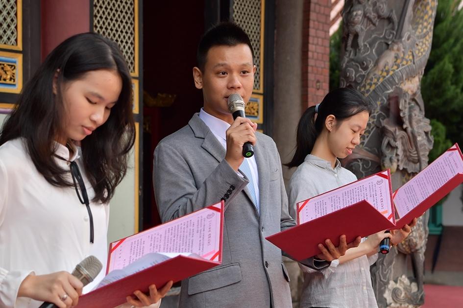 畢業生代表沈池鴻(中)與林品彤(左)和陳玟宇(右)分享兒時讀經經驗