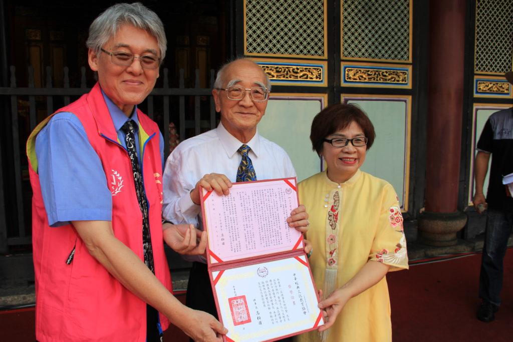 榮譽理事長林昭賢(中)與現任理事長高柏園(左)及會長洪淑慧(右)合影